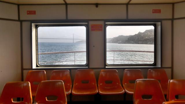 Dezenas de pessoas invadiram barco que faz ligação Seixal-Lisboa