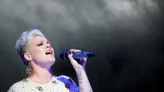 Pink parou concerto para abraçar fã que perdeu a mãe