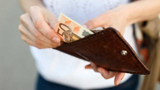 Há mais portugueses a planear aumentar os gastos do que as poupanças