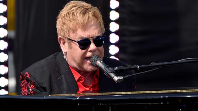 Elton John lamenta morte do seu cão durante concerto