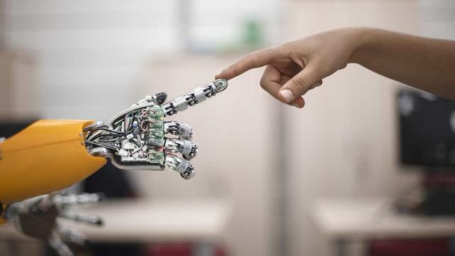 Leonel Moura expõe robôs artistas em ação numa exposição em Paris
