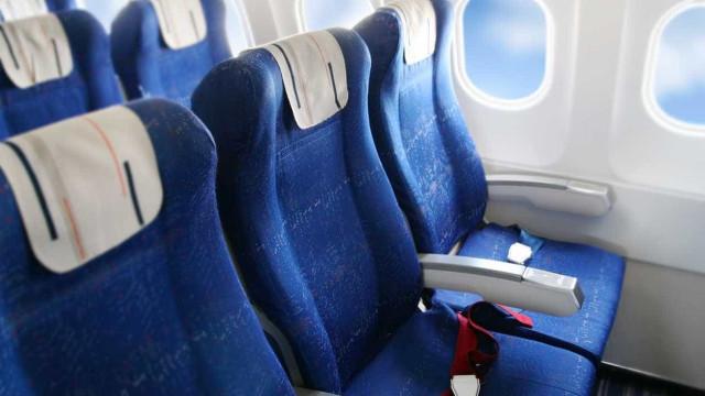 Processa companhias aéreas por ter entalado dedo mindinho no assento