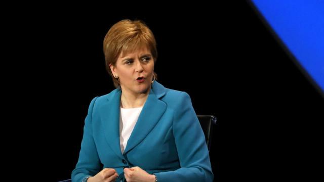 Nicola Sturgeon acusa May de querer ganhar tempo
