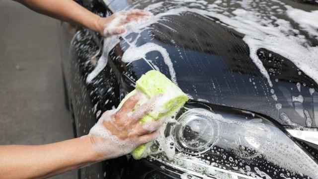 Lavar o carro com apenas um copo de água? Sim é possível
