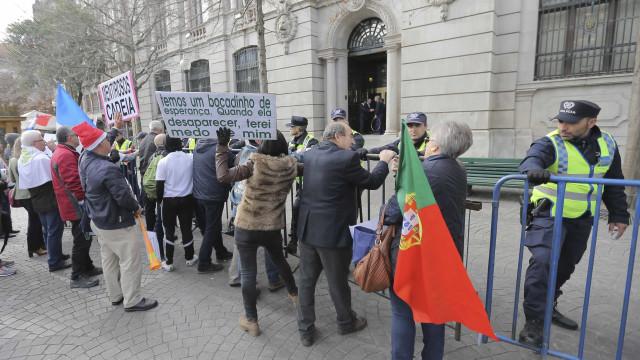 """Emigrantes lesados do BES de novo em protesto em Paris """"não se vão calar"""""""