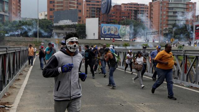 EUA avisam diplomatas a aumentar medidas de segurança em Caracas