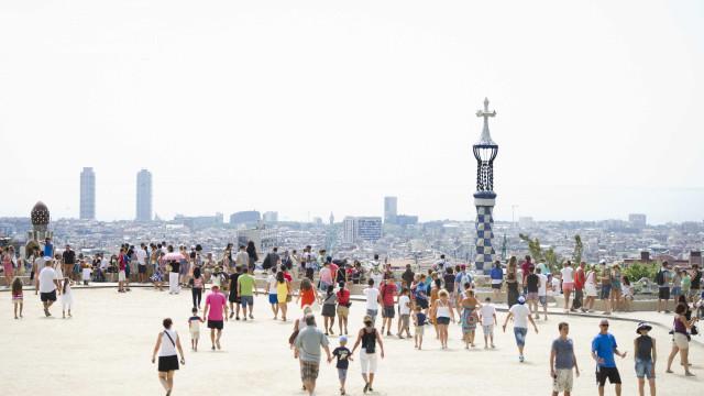 """Imprensa espanhola fala de """"guerra"""" entre Barcelona e o Airbnb"""