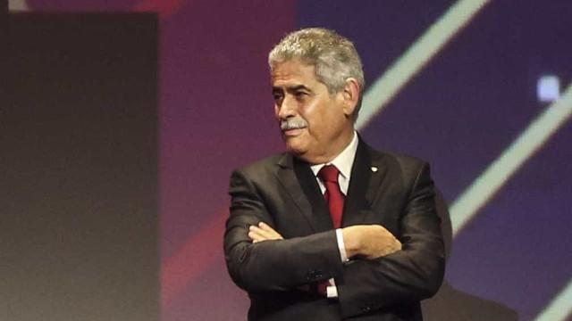 Assembleia geral do Benfica marcada por cadeiras a voar e petardos