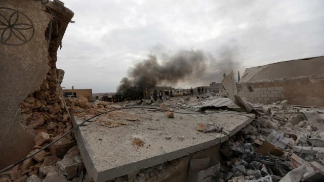 Civis retirados em camiões do último reduto jihadista no leste da Síria