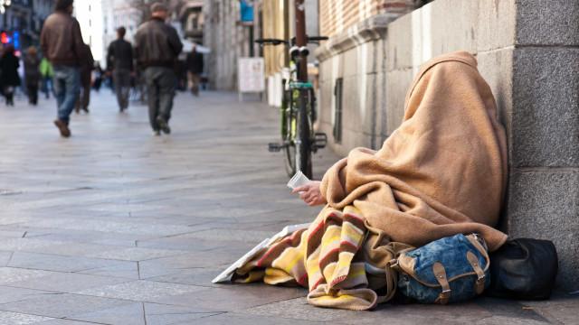 Madrid desconta esmolas dos sem-abrigo nos subsídios que lhes atribui