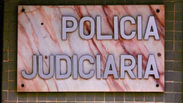 Nove pessoas acusadas de roubos e de tentarem matar inspetores da PJ