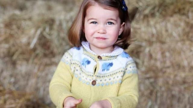 Com apenas três anos a princesa Charlotte já tem uma sósia