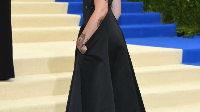 Paris Jackson em topless para mostrar a nova tatuagem