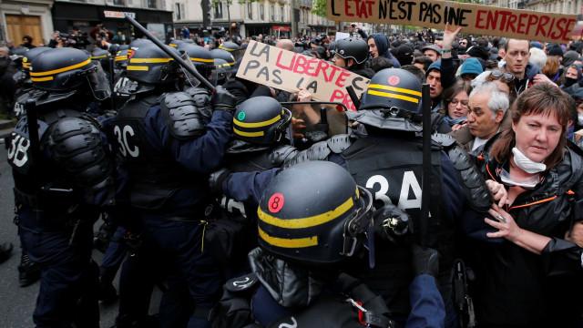 Ativistas manifestam-se contra políticas capitalistas de Macron