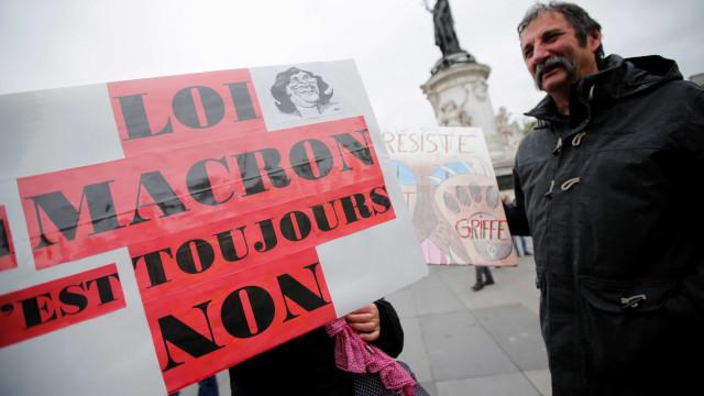 Mil pessoas manifestam-se em Paris contra políticas de Macron