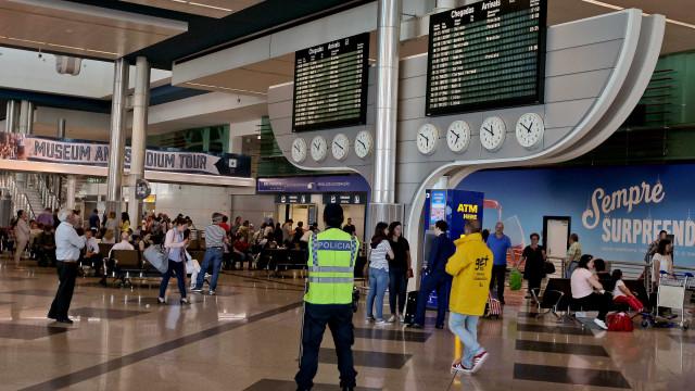 """Dois passageiros """"agrediram brutalmente"""" um funcionário do aeroporto"""