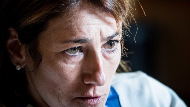 """Ministra chora no Parlamento: """"O momento mais difícil da minha vida"""""""
