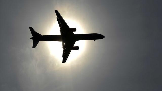 Apontar lasers a aviões põe em risco segurança de ocupantes e populações