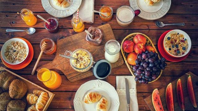Truques que o vão ajudar a manter uma alimentação saudável nas férias