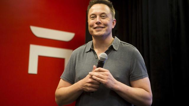 Elon Musk é milionário mas os seguidores querem oferecer-lhe um... sofá