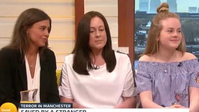 Sobrevivente de ataque de Manchester reúne-se com mulher que a ajudou