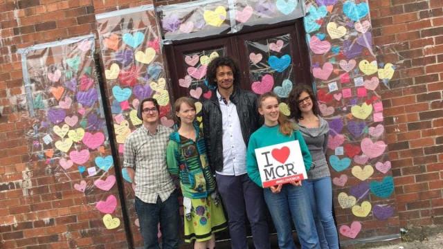 Mesquita em Manchester enche-se de mensagens coloridas de paz
