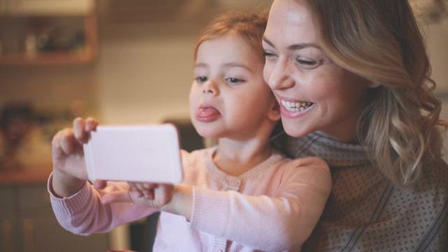 Ecrãs de gadgets não são prejudiciais para os mais jovens. Pelo contrário