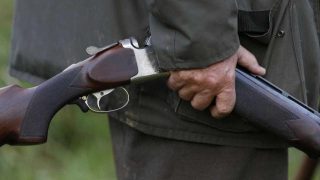 Agrediu mulher e filho, ameaçou-os com arma de fogo e expulsou-os de casa