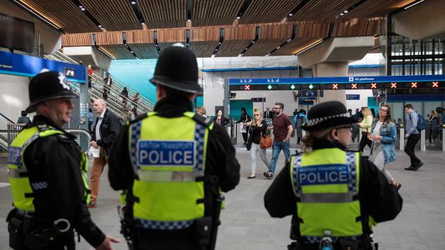 Ataque com espada a polícia britânico. Está ferido com gravidade