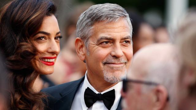 Os gémeos não 'perdoam': O ar de cansaço de Amal e George Clooney