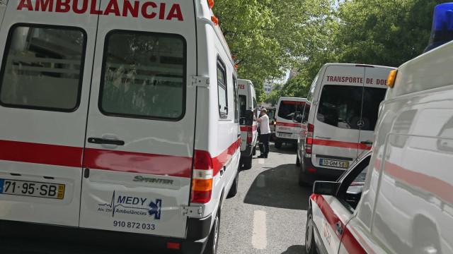 Bombeiros feridos em choque entre ambulância e carro de desencarceramento