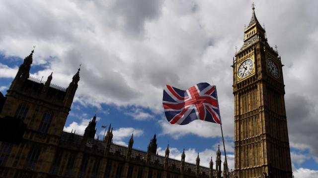 Reino Unido promete acabar com venda de carros a petróleo em 2040