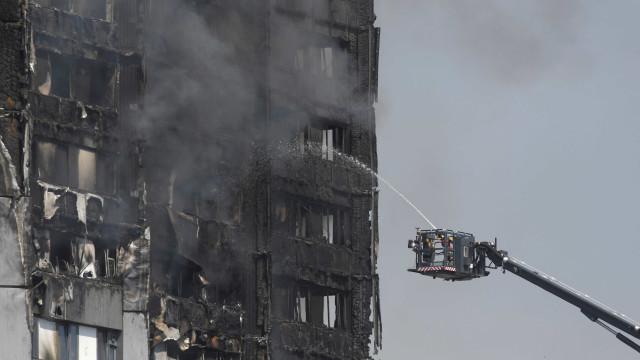 """""""Jamais esquecerei os gritos"""". O relato de um bombeiro em Grenfell"""