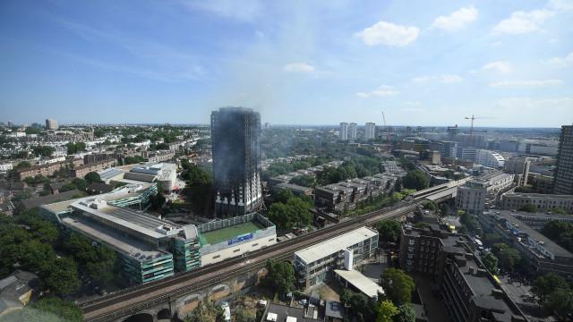 Evacuado prédio em Londres na sequência da tragédia de Grenfell