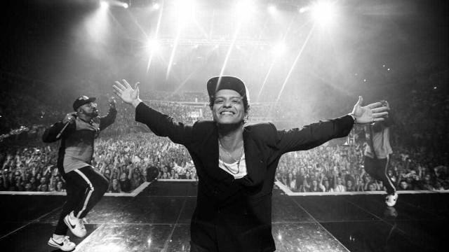 Bruno Mars forçado a abandonar espetáculo após 'incêndio'