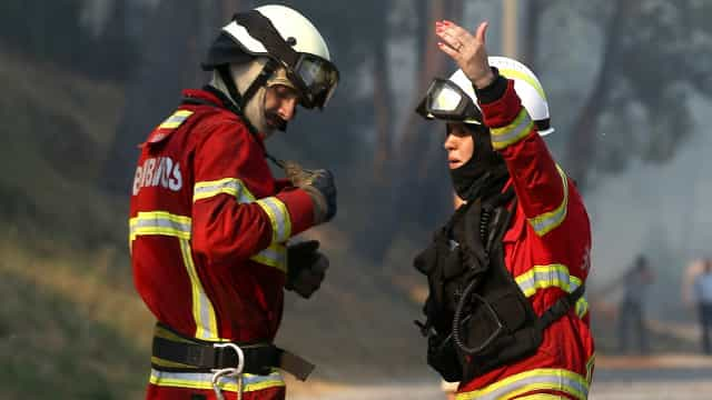 Vento forte empurrou incêndio para perto de casas na aldeia de Ervões
