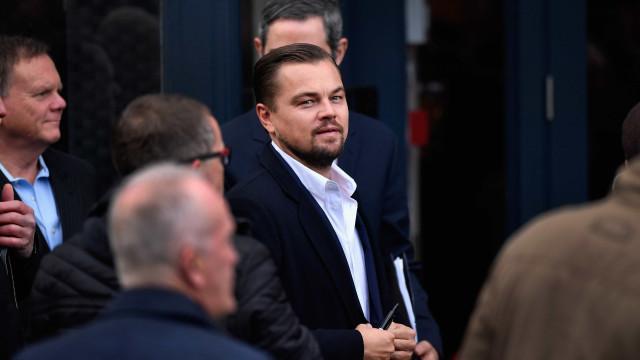 DiCaprio usa dispositivo estranho e desperta curiosidade da imprensa