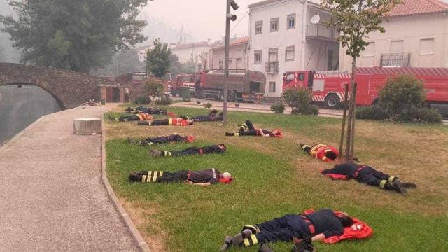 Imagem dos bombeiros portugueses exaustos é notícia lá fora