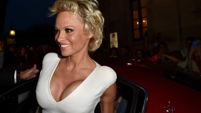 Aos 50 anos, Pamela Anderson surge (muito) ousada em revista