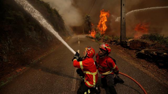 Acidente com veículo de combate a incêndios faz dois feridos, um grave