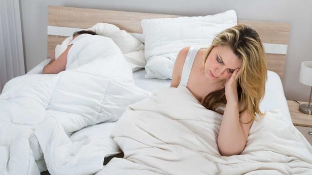 Partilhar a cama é um drama? Este cobertor vai ajudar