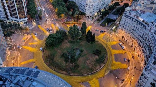 Rotunda de Barcelona 'acorda' com cor diferente. Mas durou pouco tempo