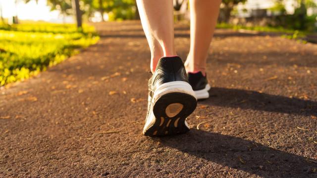 Cinco maneiras de queimar mais calorias na caminhada