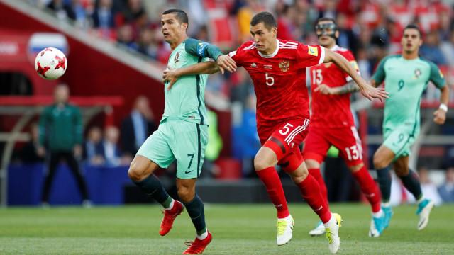[0-1] Cristiano Ronaldo cabeceia para o primeiro da tarde