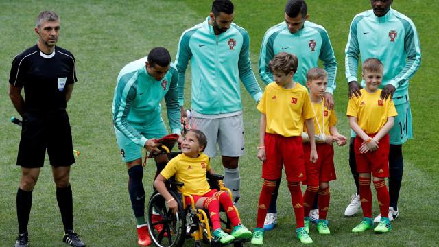 Ronaldo entrou em campo com menina em cadeiras de rodas