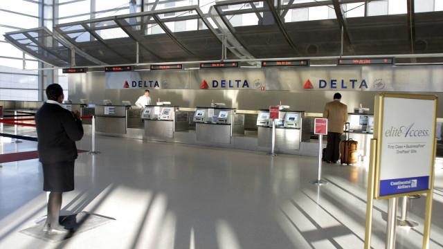 EUA: Polícia esfaqueado em aeroporto é possível caso de terrorismo