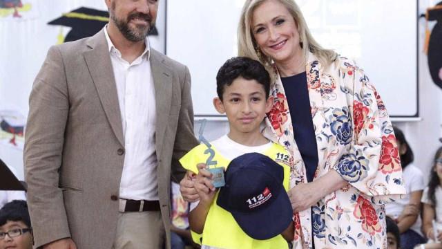 Menino distinguido por ter ajudado as autoridades a salvar a mãe