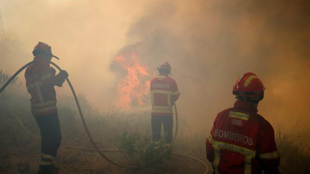 A23 novamente cortada devido às chamas. Há uma aldeia a ser evacuada