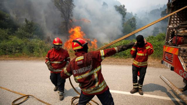Incêndios: Mais de 100 bombeiros combatem fogo em Arcos de Valdevez