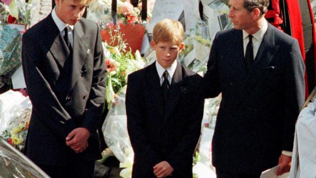 Harry caminhou atrás do caixão da mãe e ficou destroçado